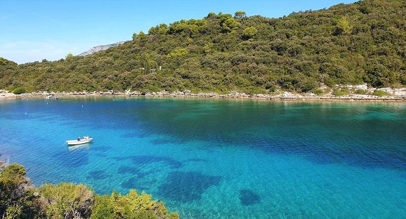 Korčula je otok površine od gotovo 300 km2